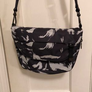 Lululemon like new festival crossbody bag! 👛 b/w